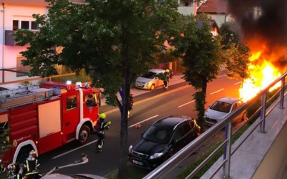 Zapalio se motor u auto prilikom preparkiravanja