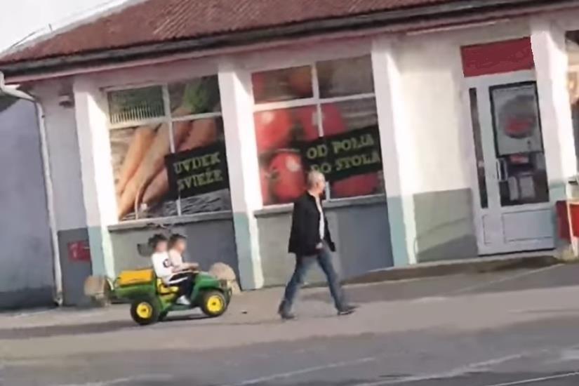 (VIDEO) Urnebesna snimka na kojoj unuci djedu pomažu u kupovini
